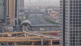 De de horizonnacht van de binnenstad van Doubai aan dag timelapse en Sheikh Zayed-verkeer, de V.A.E stock videobeelden