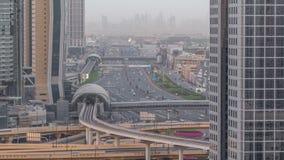 De de horizonnacht van de binnenstad van Doubai aan dag timelapse en Sheikh Zayed-verkeer, de V.A.E stock video
