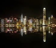 De horizonnen van Hongkong bij nacht Stock Foto