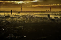 De horizonpanorama van Boekarest bij zonsondergang - Roemenië Stock Foto