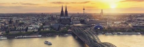 De Horizonpanorama van Keulen bij zonsondergang Royalty-vrije Stock Foto's