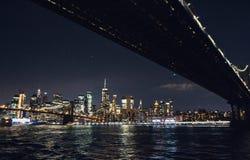 De horizonpanorama van Manhattan van de Stad van New York bij nacht royalty-vrije stock foto