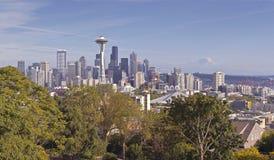 De Horizonpanorama van Seattle met MT regenachtiger royalty-vrije stock afbeeldingen