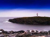 De horizontale levendige vuurtoren van Noorwegen in oceaanbaai Royalty-vrije Stock Foto