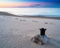 De horizontale levendige zonsondergang van de fotografielens op het strand Royalty-vrije Stock Afbeeldingen