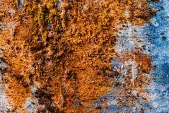 De horizontale uitstekende oranje textuur van de mos roestige concrete muur backd Royalty-vrije Stock Foto's