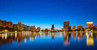 De horizonzonsondergang van Orlando bij meer Eola Florida de V.S. stock fotografie
