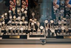 De horloges van de Gelderlandpleinluxe in het venster stock afbeelding