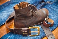 De horloges van mensen, leerschoenen, jeans, riem Stock Afbeelding