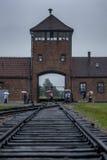 De horlogetoren bij de ingang aan het Concentratiekamp auschwitz-Birkenau in Oswiecim in Polen Stock Foto