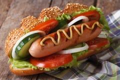 De hotdog met worst, de mosterd en de groenten sluiten omhoog Stock Foto's