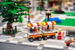 De hotdogtribune in een stadsvierkant door Lego bakstenen wordt gemaakt die Stock Foto