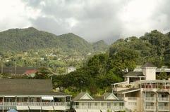 De Hotels van de waterkant en bergachtig landschap bij de achtergrond in Dominica royalty-vrije stock fotografie
