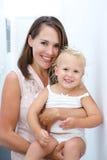 De houdende van glimlachende baby van de moederholding Royalty-vrije Stock Afbeelding