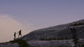 De houdende van het paarkerel en meisje genieten van ongelooflijk mooi landschap stock video