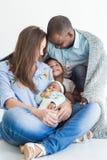 De houdende van vader omvat zijn familie met een plaid Gelukkige multi-etnische familie Familiewaarden royalty-vrije stock afbeeldingen