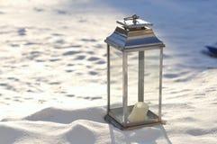 De houder van de kaars in sneeuw Royalty-vrije Stock Afbeeldingen