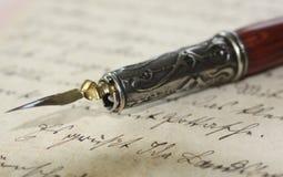 De houder van de pen op een oude brief Stock Foto