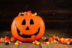 De houder van het de Lantaarnsuikergoed van Halloween Jack o op houten achtergrond Royalty-vrije Stock Foto's
