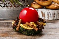 De houder van de Kerstmiskaars van mos, droge vruchten en pijpjes kaneel wordt gemaakt dat royalty-vrije stock afbeelding