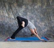 De houding Eka Pada Adho Mukha Svanasana van de yoga Royalty-vrije Stock Foto's