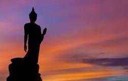 De Houding van het Lopen van Boeddhistisch Standbeeld in Schemeringsilhouet Royalty-vrije Stock Afbeeldingen