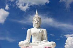 De houding van meditatie witte Boedha tegen blauwe hemel Stock Foto