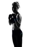 De houdingsbokser van de vrouw het kickboxing in dozen doen Royalty-vrije Stock Foto's