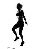 De houdingsbokser van de vrouw het kickboxing in dozen doen Stock Fotografie
