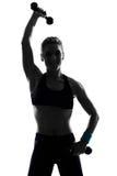 De houdingsbokser van de vrouw het kickboxing in dozen doen Royalty-vrije Stock Afbeeldingen