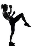 De houdingsbokser van de vrouw het kickboxing in dozen doen Stock Foto