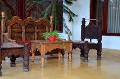 De hout de gesneden stoelen van de ambachtszetel en Vallei Pakistan van de bankmep Stock Foto's