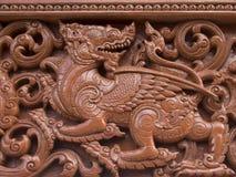 Is de hout gesneden Leeuw mooi in Thailand stock foto's