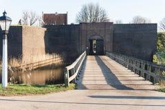 De houtbrug die ingang aan het Vestingwerk Loevestijn in Nederland geeft Stock Afbeeldingen
