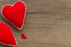 De houten achtergrond met rood twee voelde harten, symbool van liefde, familie Goed voor de Dagkaarten van Valentine Plaats voor  stock afbeelding
