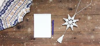 De Houten Achtergrond van de Kerstmisdecoratie Kaartconcept close-up Hoogste mening Vlak leg De ruimte van het exemplaar royalty-vrije stock foto