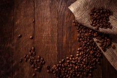 De houten achtergrond van koffiebonen Royalty-vrije Stock Foto
