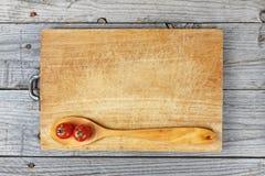 De houten achtergrond van lepeltomaten stock afbeelding