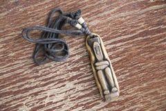 De houten amulet van de cijferhalsband van Zuidoost-Azië royalty-vrije stock afbeelding