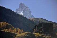 De houten antieke huizen van oud dorp van Zermatt met Matterhorn bereiken op achtergrond een hoogtepunt royalty-vrije stock foto
