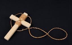 De houten antiquiteit kijkt geïsoleerdeg kruisbeeldhalsband stock afbeelding
