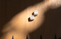 De houten Backgammonraad met dobbelt Royalty-vrije Stock Foto's