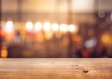 De houten Bar van de lijstbovenkant met onduidelijk beeld kleurrijk licht bokeh in koffie, restaurantachtergrond royalty-vrije stock foto
