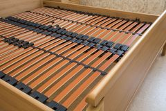 De houten basis met latjes van het elementen tweepersoonsbed, bedkader stock foto