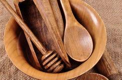 De houten bezittingen van het keukenhuis Een plaat, een lepel, stock afbeelding