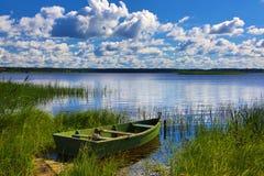 De houten boot op de rivierbank Stock Foto's