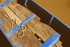 De houten boot van het land op kanaal in Chachoengsao Thailand stock afbeelding