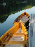 De houten boten van de Rij stock afbeelding