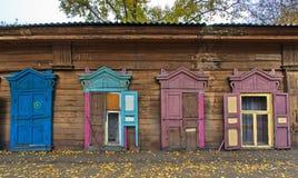 De houten bouw met vensters Stock Foto's