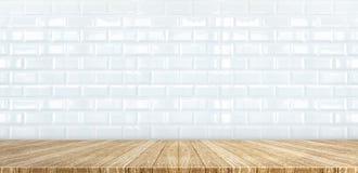 De houten bovenkant van de planklijst bij witte glanzende keramische tegelmuur backgroun stock foto